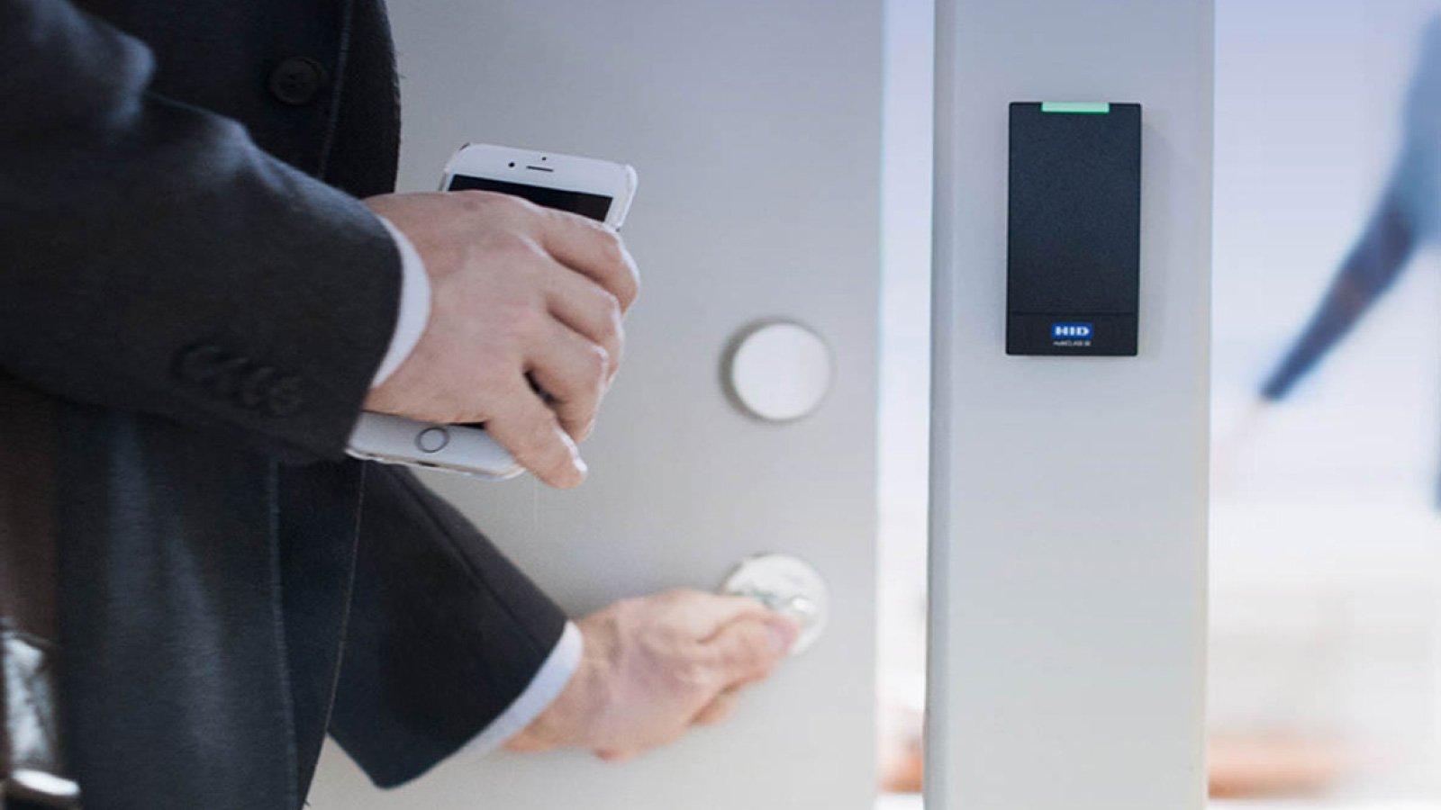 Mobile Access Phone Unlocks HID Reader on Door
